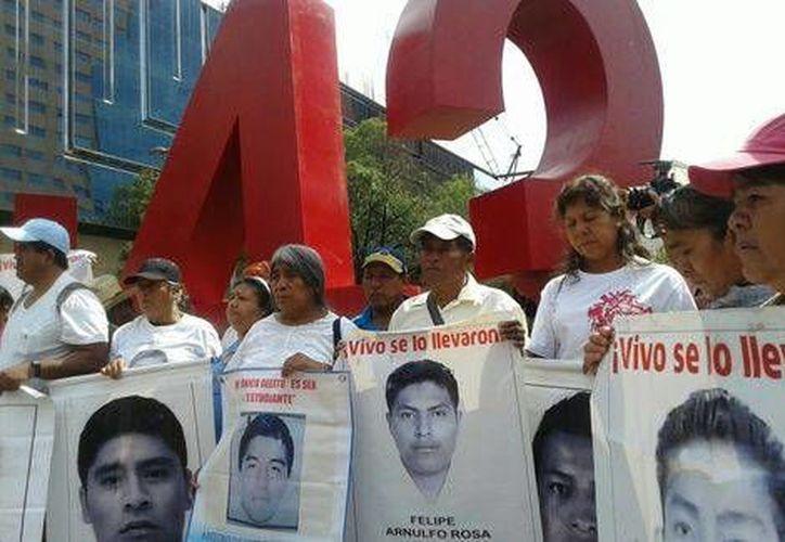 """Familiares de los estudiantes normalistas de Ayotzinapa desaparecidos en Iguala en septiembre pasado instalaron un """"anti monumento"""" en la Ciudad de México. (Milenio)"""