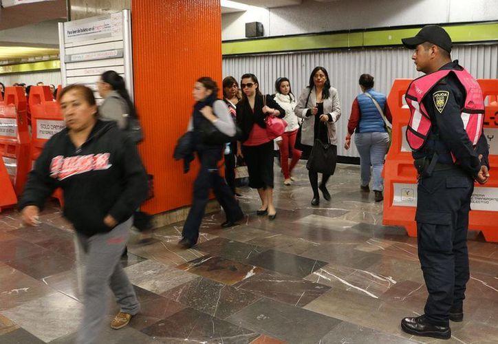 Agentes del Metro, Metrobús y oficiales del operativo especial contra el acoso sexual aseguraron que no saber cómo actuar en cuanto suene un silbato, o si deben esperar a que la víctima pida ayuda. (Facebook Metrocdmx)