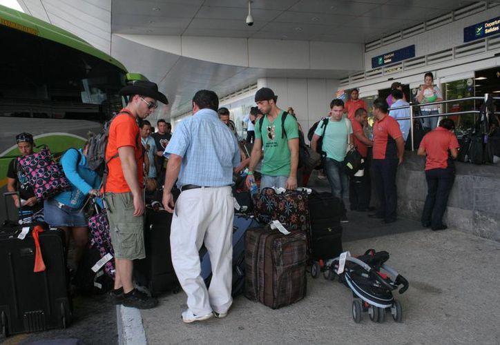 Algunos retrasos de la llegada de los pasajeros fueron de minutos. (Tomás Álvarez/SIPSE)