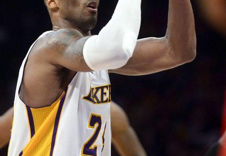 A Kobe Bryant apenas le queda una esperanza de poder jugar el resto de la temporada regular con Lakers, debido a una lesión en un hombro. (EFE)