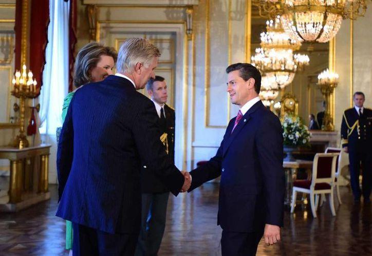 El presidente Enrique Peña Nieto saluda a los Reyes de Bélgica durante la recepción que ofrecieron los monarcas a los jefes de Estado participantes en la II Cumbre entre la Unión Europea y la Comunidad de Estados Latinoamericanos y Caribeños. (Presidencia)
