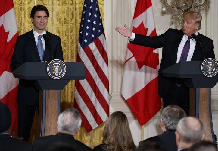 El presidente Donald Trump durante una rueda de prensa con el primer ministro canadiense Justin Trudeau en la Sala Este de la Casa Blanca, este lunes en Washington. (Foto AP / Evan Vucci)