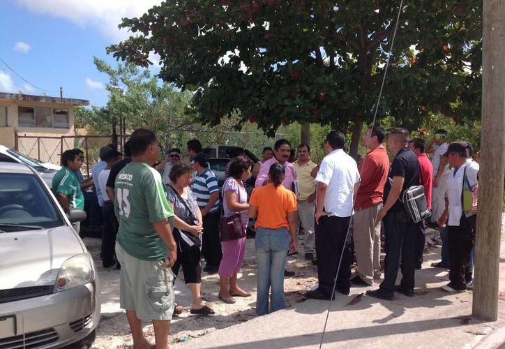 El abogado defensor se reunión con familiares de los taxistas. (Eric Galindo/SIPSE)