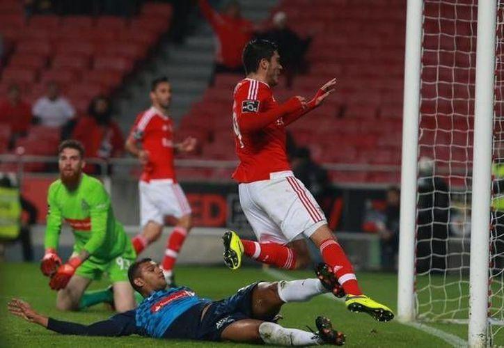 El futbolista mexicano Raúl Jiménez anotó al minuto 35 el tercer gol del Benfica en la goleada que esta tarde logró sobre el Marítimo en la jornada 16 de la liga lusitana. (Twitter: @SL_Benfica)