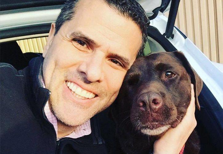 Lucy fue adoptada por Marco Antonio Regil después de que fue rescatada por la Arizona Lab Rescue. (facebook.com/MarcoAntonioRegil)