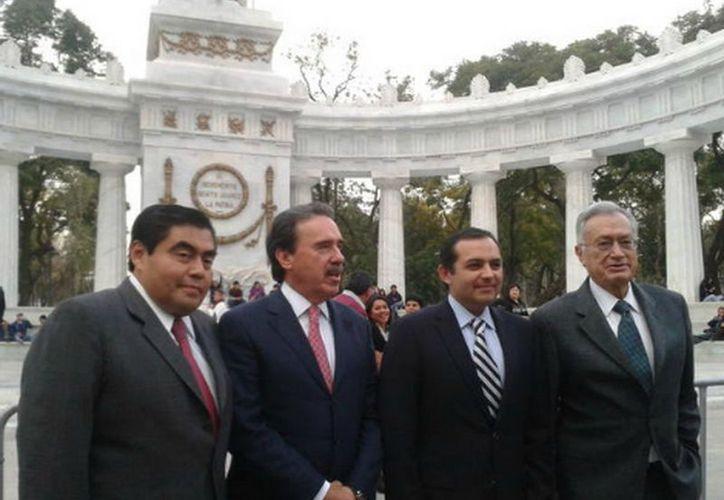 Como si fueran turistas, los senadores disfrutaron de la belleza de la Alameda Central. (Liliana Sosa/MILENIO)