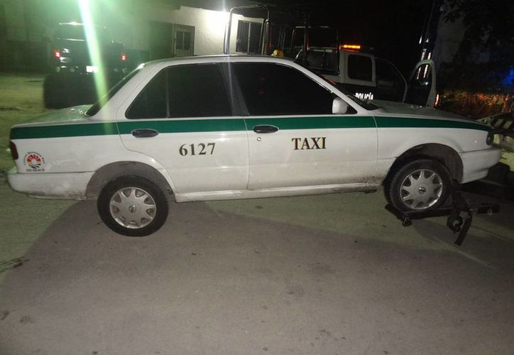 El taxi Nissan color blanco, con número de placas 47-73-TRV, estaba frente a un domicilio del fraccionamiento Flamingos. (Redacción/SIPSE)