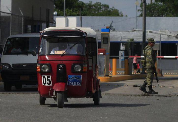 Los prestadores de este servicio aseguran que el aumento de moto-taxis llega de Belice. (Harold Alcocer/SIPSE)
