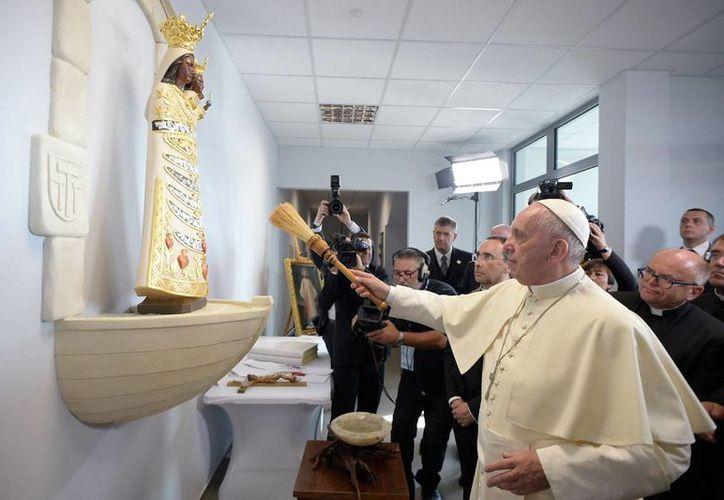 El Papa Francisco bendice una imagen de la Virgen maría con el niño Jesús en la organización Cáritas de Cracovia, durante su visita la semana pasada a Polonia. (Archivo/AP)