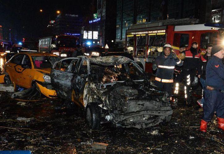 Una fuerte explosión se produce en el centro de Ankara, Turquía. Bomberos tratan de ayudar en el escenario de la explosión en Ankara. (EFE)