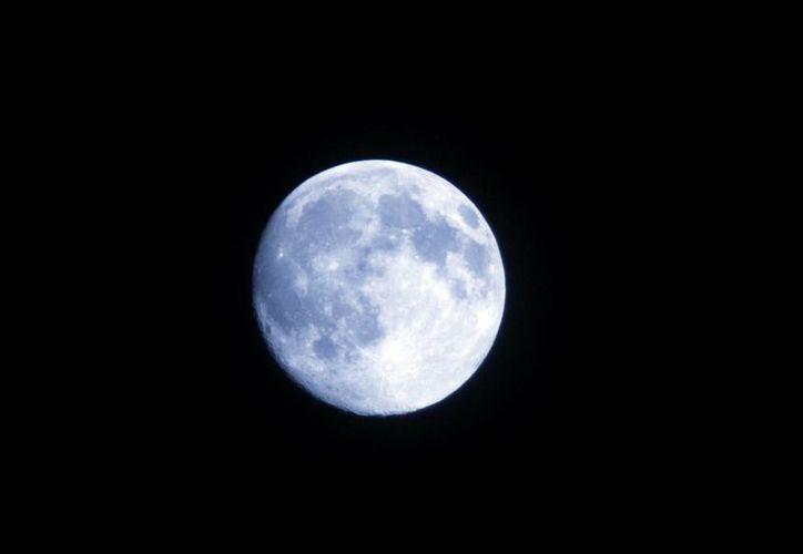 La noche de hoy se puede observar una hermosa Luna azul y plateada en el mundo. (Notimex)
