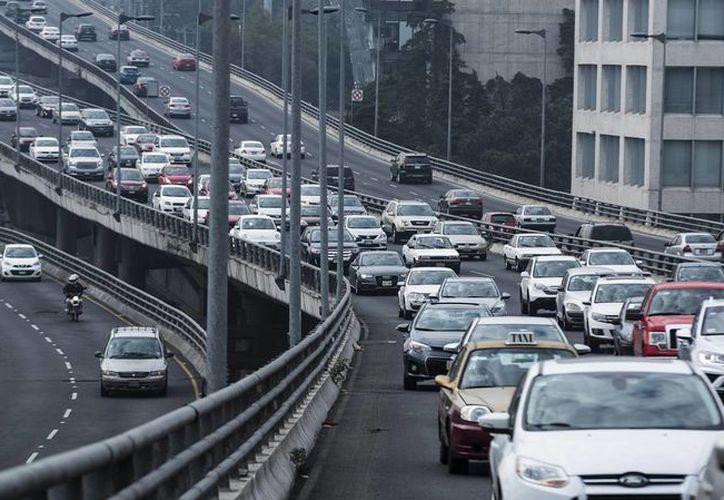 En las autopistas Urbanas Norte, Sur, Súper Vía Poniente y el Segundo Piso San Antonio, en la Ciudad de México, se brinda ahora el servicio de transporte público exprés denominado SVBUS.  (expansion.mx)