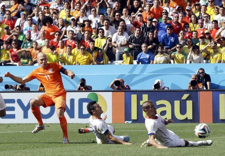 Robben (i) fue una auténtica pesadilla para los chilenos durante todo el encuentro, incluso en el minuto 91 cuando centró un pase que terminó en gol. (Foto: AP)