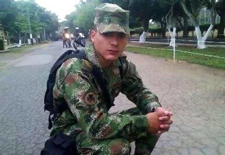 El soldado Carlos Becerra Ojeda resultó herido durante un enfrentamiento con las FARC, donde cinco de sus compañeros murieron. (infobae.com)
