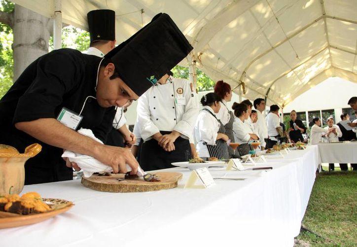 Postres y ensaladas, entre los platos que presentaron en el II Encuentro Culinario del CICY. Imagen del evento. (Milenio Novedades)