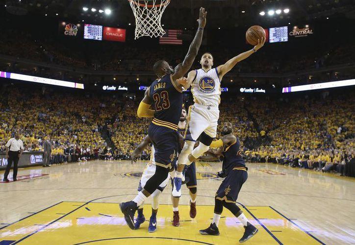 Golden State está cerca del bicampeonato de la NBA tras derrotar a los Cavs, este domingo. (AP)