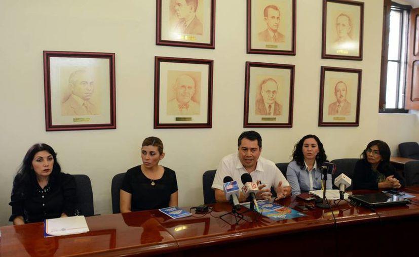 Carlos Alberto Estrada Pinto (centro), durante la presentación a los medios de comunicación de  la Feria Universitaria de Profesiones 2015. (Milenio Novedades)