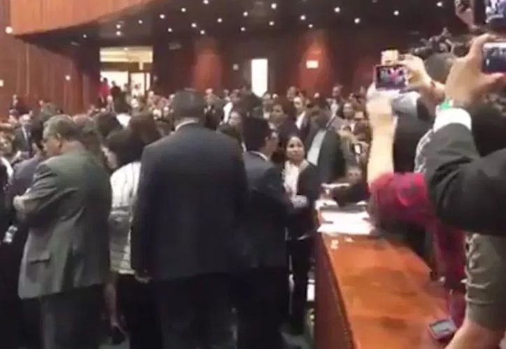Varios legisladores tuvieron que auxiliar a la diputada tras recibir la grave noticia. (López Dóriga)