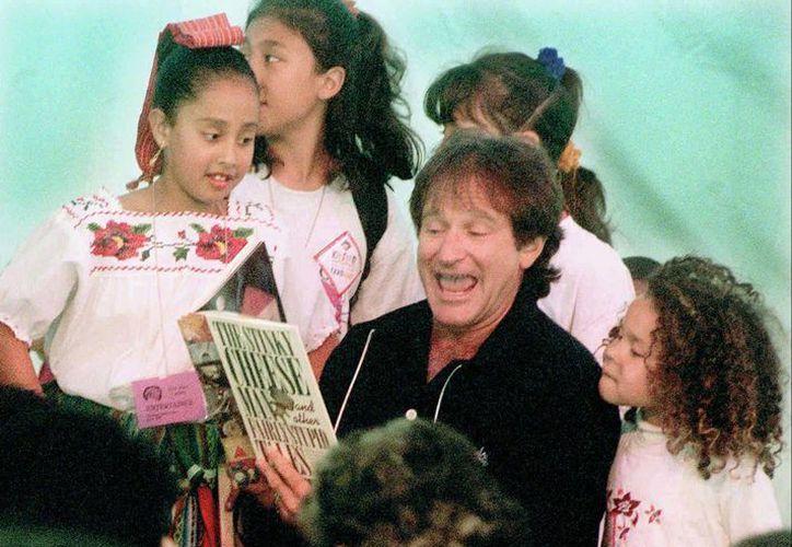 """En esta foto del 21 de abril de 1996, Robin Williams lee """"Stinky Cheese"""" frente a un grupo de niños en una librería en San Francisco, California. (Foto: AP)"""