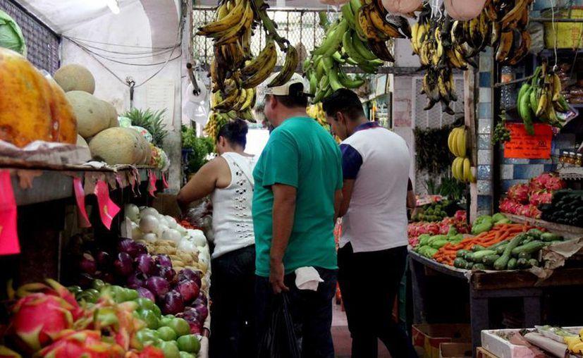 Reportan bajas ventas en frutas y verduras. (Consuelo Javier/SIPSE)