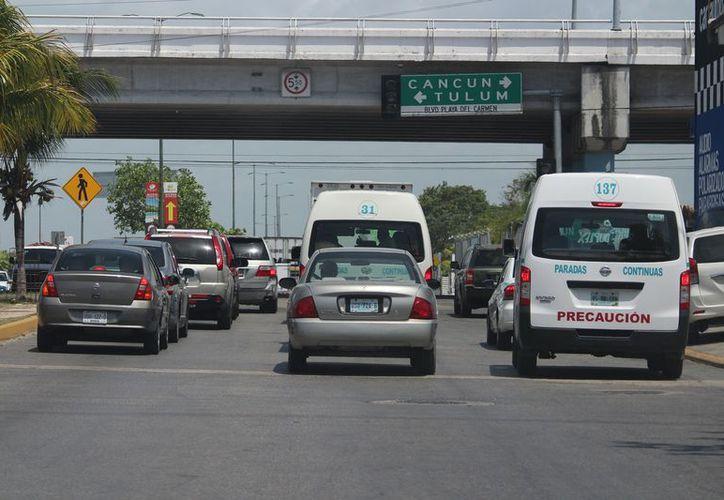 En temporada alta circulan en Playa del Carmen hasta 4 mil vehículos por hora. (Foto: Adrián Barreto)
