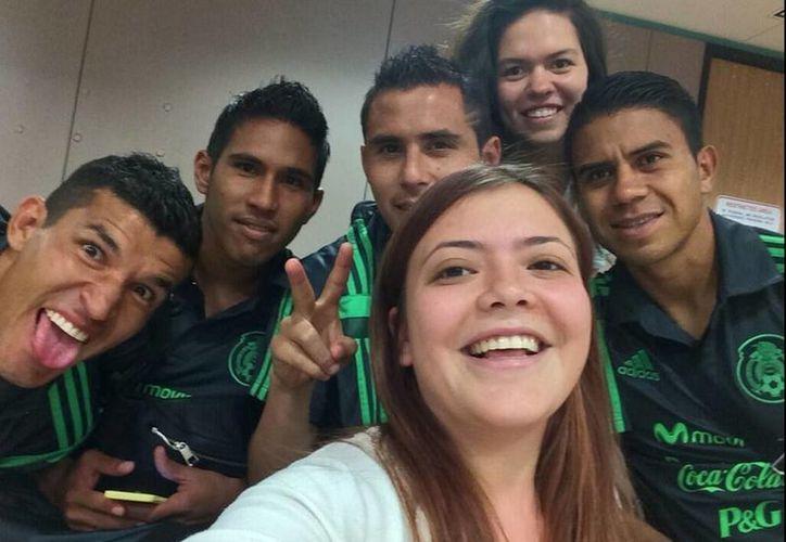 Imagen de la hija de Miguel Herrera junto con algunos jugadores.(twitter.com/mishelleha00)