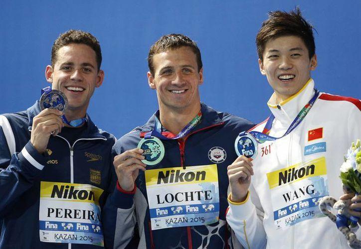 Ryan Lochte consiguió or cuarta vez consecutiva la medalla dorada en los 200 metros combinados en los mundiales de natación, en la foto Lochte (c), Thiago Pereira y Wang Shun. (AP)