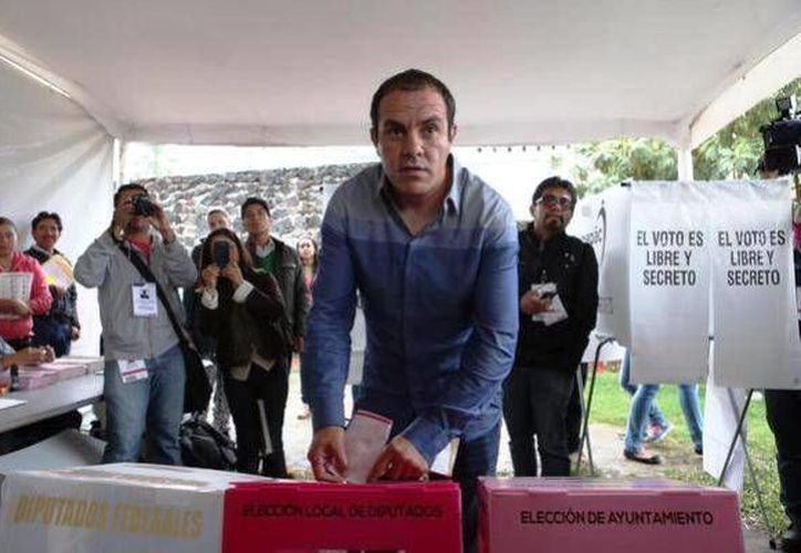 El exfutbolista Cuauhtémoc Blanco, del PSD, al momento de sufragar en su búsqueda de la alcaldía de Cuernavaca, Morelos. (Twitter)
