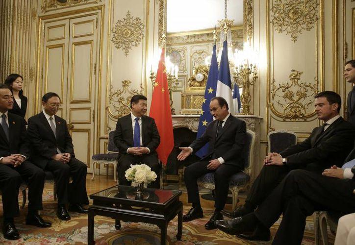 El presidente de Francia, Francois Hollande, durante una reunión en París con el presidente chino Xi Jinping, previo a  la Cumbre climática que iniciará este lunes. (AP)