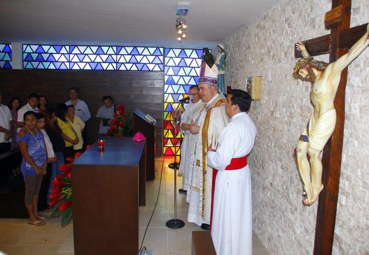 El Arzobispo Emilio Carlos Berlie Belaunzarán ofició una misa en la que bendijo el refugio para mujeres. (Juan Albornoz/SIPSE)