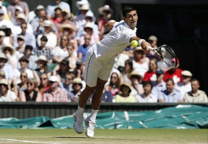 El campeón Novak Djokovic (foto) derrotó a Richard Gasquet en la semifinal del Abierto de Wimbledon y ahora espera al ganador del duelo entre Andy Murray y Roger Federer. (Foto: AP)