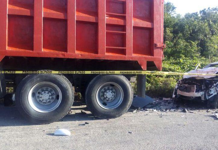 El conductor del automóvil no se percató de la presencia del camión. (Foto: Jesús Caamal/SIPSE).