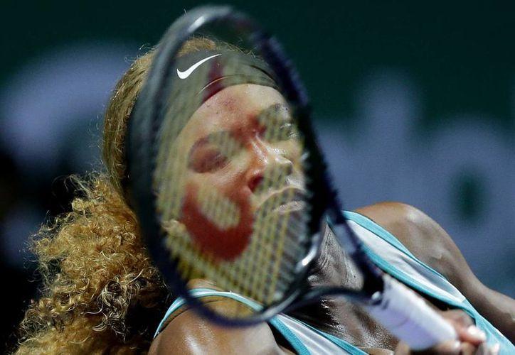 Serena Williams había sido humillada hace unos días por Simona Halep, a quien hoy humilló en la final de la Copa de WTA. (Fotos: AP)