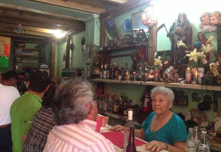 'El Jacalito', un abrevadero del centro histórico de ambiente muy diferente; además de la decoración, la anfitriona es una dama que ronda los 70 años. (Sergio Grosjean/SIPSE)