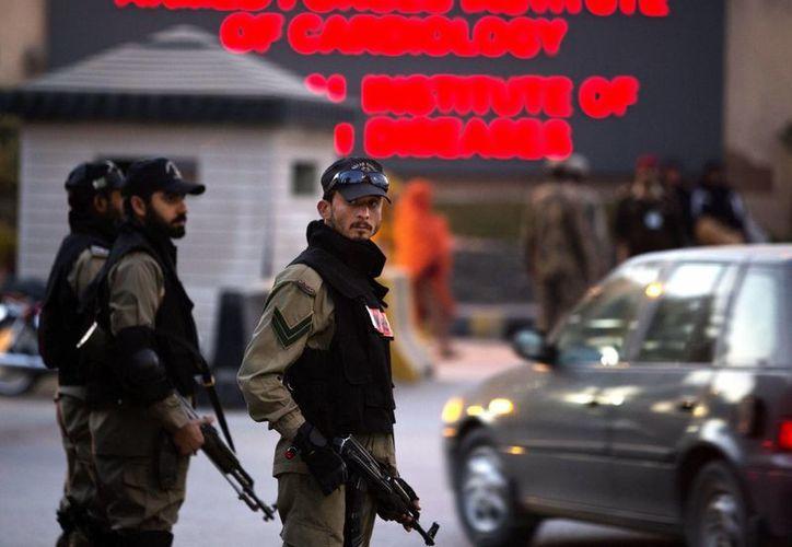 Fuerzas de la Armada de Pakistán montan guardia a las afueras del Instituto de Cardiología, a donde el expresidente Pervez Musharraf fue trasladado. (Agencias)