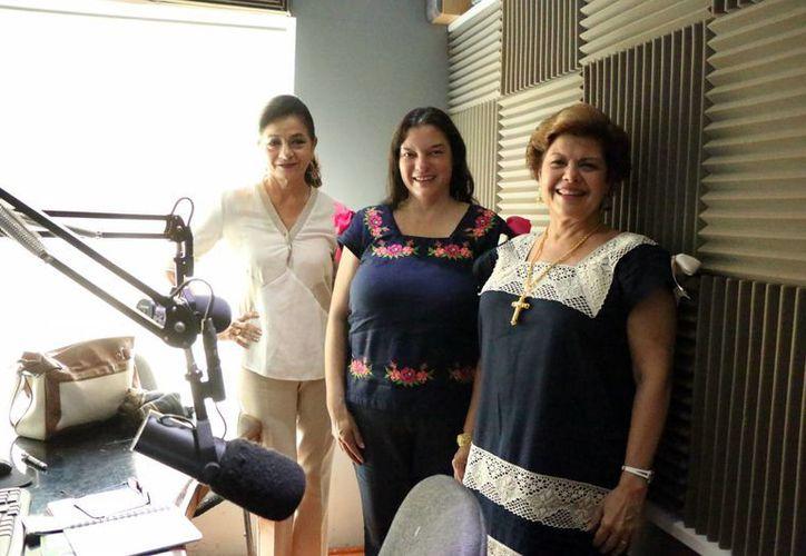 La escritora Adriana Trejo Martínez (centro) invitó en el programa de radio Salvemos una vida a romper el círculo de violencia. (José Acosta/Milenio Novedades)