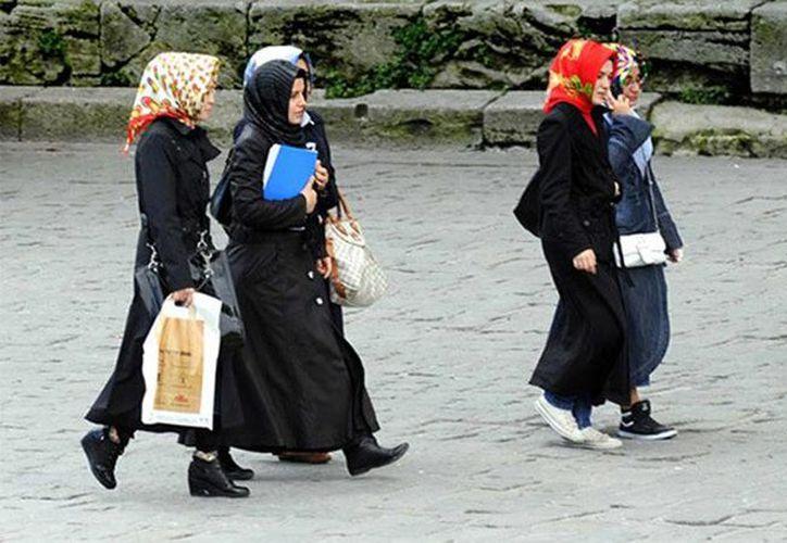 """Hace unos días el presidente Recep Tayyip Erdogan proclamaba en un discurso que """"la igualdad de géneros es anormal y va contra la naturaleza"""". Imagen de un grupo de turcas que caminan por la calle. (RT)"""