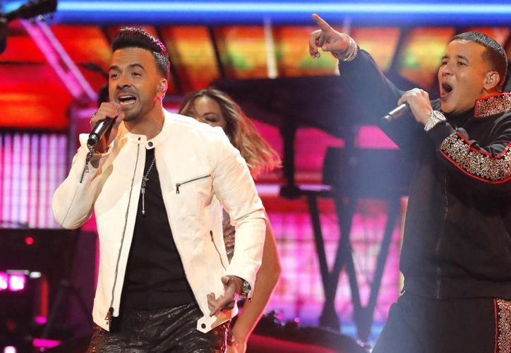 Luis Fonsi y Daddy Yankee interpretaron juntos su éxito mundial en la gala. (Foto: Internet)
