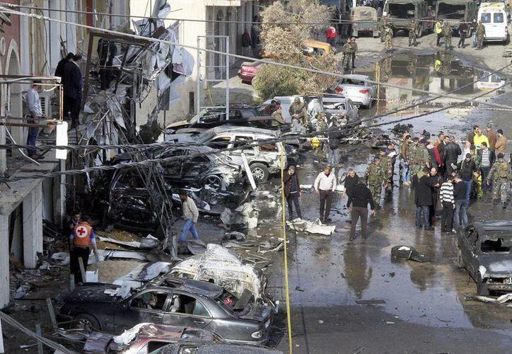 Al menos 7 personas murieron y 15 más resultaron heridas por proyectiles disparados desde Siria. En la imagen, vista panorámica de la zona  de explosión de un coche bomba, frente a un edificio de la administración gubernamental en Hermel, Líbano. (Archivo/EFE)