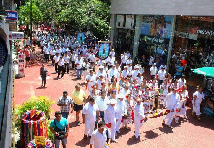 Con una procesión por la Quinta Avenida iniciaron los festejos en honor a la Virgen del Carmen. (Daniel Pacheco/SIPSE)