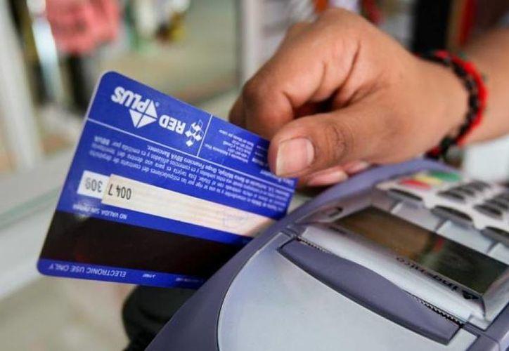 El cobro de comisiones por realizar pagos con tarjetas de crédito desaniman a la población a usar dinero electrónico.(|julianpuente.com.mx)