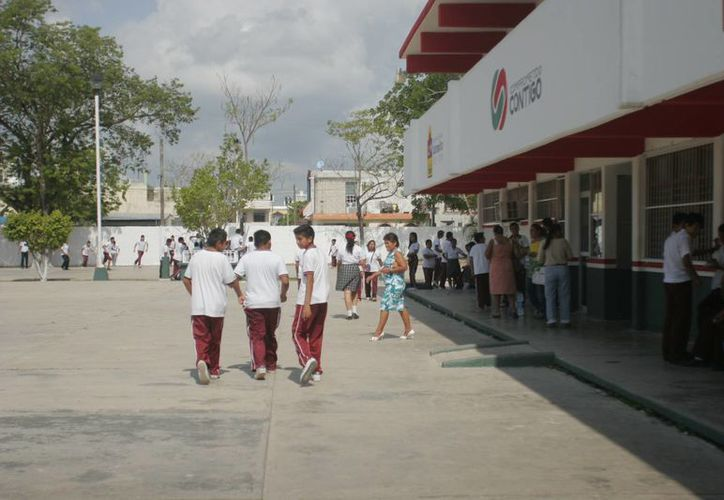Tienen la instrucción de hacer los cobros correspondientes a la energía eléctrica que consumen las tiendas escolares. (Harold Alcocer/SIPSE)
