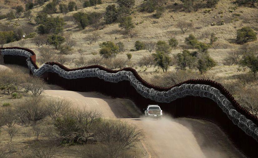 Un vehículo de la Oficina de Aduanas y Protección Fronteriza de Estados Unidos (CBP por sus iniciales en inglés) vigila el lado estadounidense. (AP Foto/Charlie Riedel, Archivo)