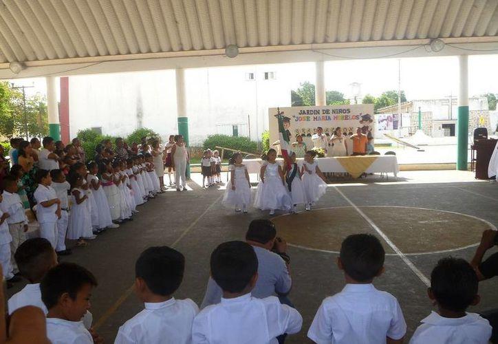 Los menores egresados realizaron el cambio de escolta con los niños que pasaron a tercer grado. (Raúl Balam/SIPSE)