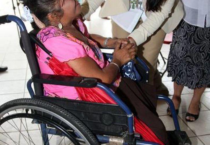 Sarita Blancarte entregó en Cacalchén despensas y equipos de rehabilitación a personas con discapacidad. (Cortesía)