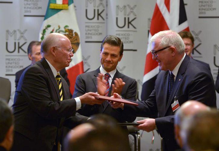 El rector de la UNAM, José Narro Robles, y Edward Byrne, presidente y director de King's College London, firmaron un Convenio en materia de cooperación académica. (Notimex)