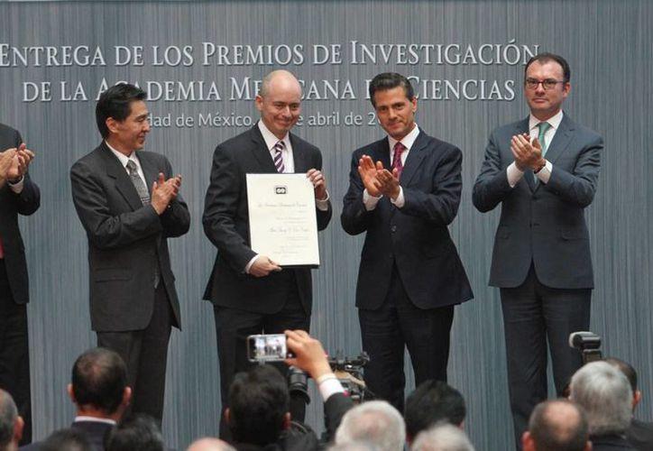 El presidente Enrique Peña Nieto encabezó la entrega del premio de investigación de la Academia Mexicana de Ciencias. (Notimex)