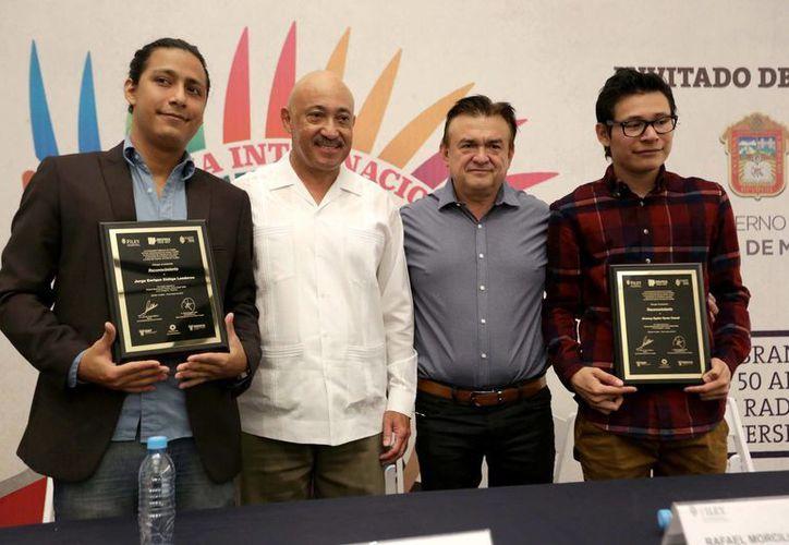 Los ganadorfes del Premio Nacional de Cuento Joven, en el marco de la Filey 2016, fueron Jorge Enrique Zúñiga (i), de Chiapas, y el yucateco Johnny Eyder Euán. (Amílcar Rodríguez/Milenio Novedades)