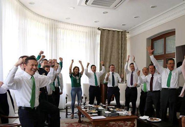 Celebración en Los Pinos por el triunfo de México ante Camerún, el pasado viernes 13 de junio. (Twitter.com/@EPN)
