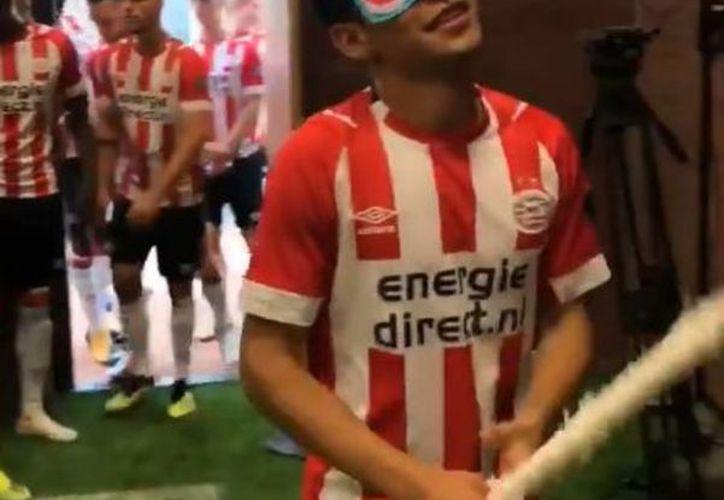 La escuadra de Eindhoven, a manera de sorpresa, le llevó una piñata al 'Chucky', quien entró vendado para que no viera lo que le habían preparado. (Vanguardia MX)